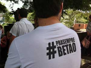 Hastag em camisa: amigos fazem homenagem (Foto: Márcio Pinho/G1)