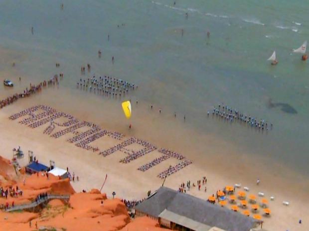 """Aracati fez coreografia na praia de Canoa Quebrada com a música """"Pedras que cantam"""", de Raimundo Fagner. (Foto: Reprodução/TV Globo)"""
