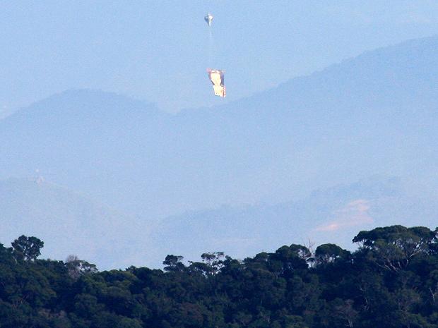 Um deles chegou a cair na mata, perto do Jardim Botânico (Foto: Marcos Teixeira Estrella/TV Globo)