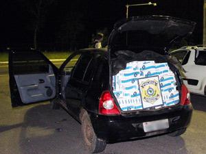 PRF prende dois suspeitos de contrabando e apreende 50 mil maços de cigarro no RS (Foto: Divulgação/PRF)