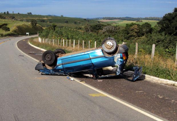 Criança de 1 ano morre ao ser arremessada de carro em acidente (Foto: Polícia Rodoviária Estadual de Ouro Fino)