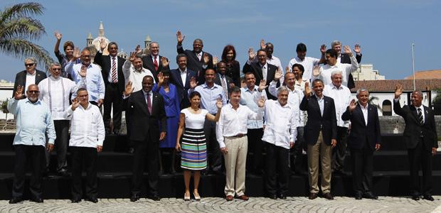 Presidentes que participam da Cúpula das Américas, na Colômbia, se reúnem para foto oficial na área externa do centro de convenções onde acontece o encontro, em Cartagena das Índias (Foto: Reuters)