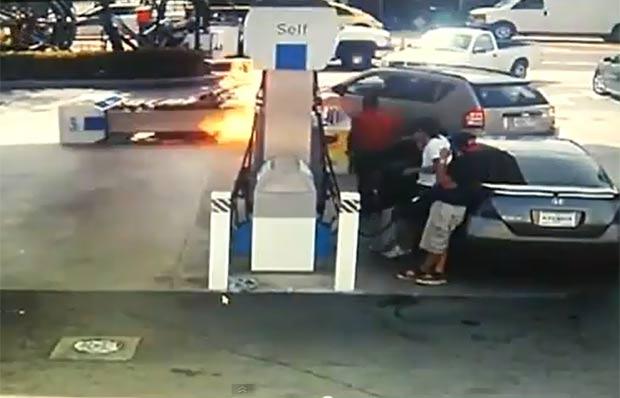 Em março deste ano, uma motorista acabou colidindo contra uma bomba de combustível enquanto tentava encostar para abastecer o veículo em Miami Beach, no estado da Flórida (EUA). (Foto: Reprodução)