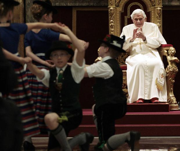 Bento XVI assiste à apresentação de dança tradicional da Bavária (Foto: Reuters/Gregorio Borgia)