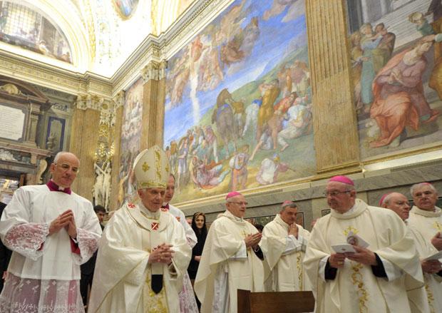 Missa é celebrada na Capela Paulina (Foto: Reuters/Osservatore Romano)