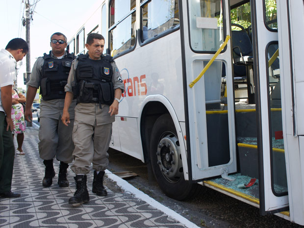 Motorista quebra porta de ônibus após discussão no trânsito na Paraíba (Foto: Maurício Melo/G1 PB)