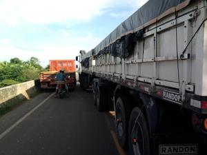Acidente impediu o tráfego de veículos na MA-014 (Foto: Nelson Mendonça)