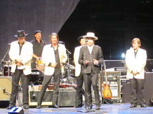 Bob Dylan e o quinteto de m&#250;sicos (Foto: G1)