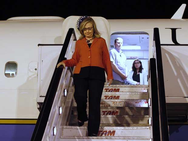 A secretária de Estado dos EUA, Hillary Clinton, desembarca em Brasília. (Foto: Jacquelyn Martin / Pool / AP Photo)