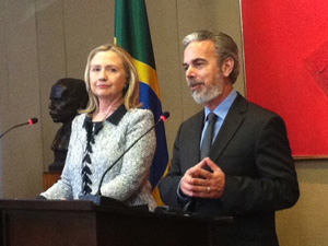 A secxretária de Estado dos EUA, Hillary Clinton, e o ministro das Relações Exteriores do Brasil, Antonio Patriota (Foto: Débora Santos / G1)
