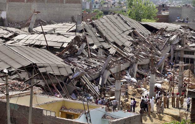 Fábrica de roupa de cama veio abaixo de Jalandhar, na Índia (Foto: Altaf Qadri/AP)