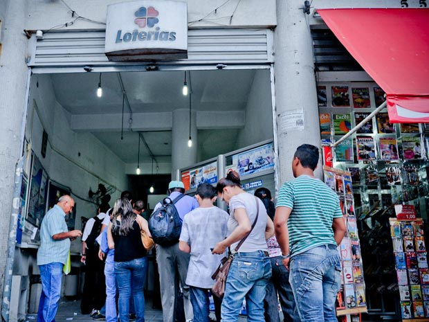 Fila em casa lotéria em São Paulo (Foto: Raul Zito/G1)