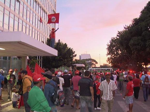 Movimento dos Trabalhadores Rurais Sem Terra (MST) invade prédio do Ministério do Desenvolvimento Agrário, no DF  (Foto: Reprodução/TV Globo)