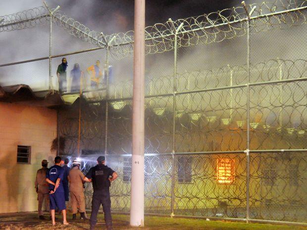 Rebelados ocupam as coberturas dos pavilhões (Foto: Allan de Carvalho /SSP-SE)