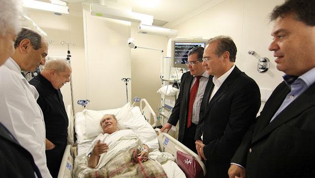 Além de Lula, estiveram no hospital (à dir.) o deputado Sarney Filho (PV-MA) e os senadores Renan Calheiros (PMDB-AL) e Gim Argello (PTB-DF) (Foto: Ricardo Stuckert / Divulgação / Instituto Lula)