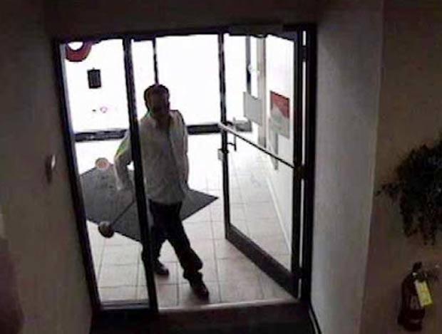 Ladrão tentou roubar bancos com desentupidor de ralo. (Foto: Reprodução)