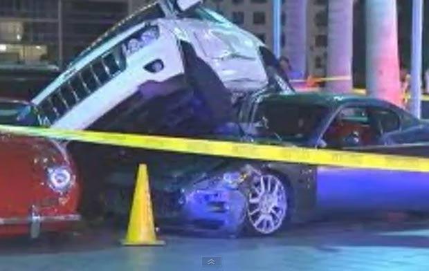 No dia 14 de abril, um manobrista aparentemente se atrapalhou ao estacionar um Jeep Grand Cherokeee e acabou subindo sobre uma Maserati GranTurismo e atingindo ainda um Mini Cooper e um Porsche 356, na sexta-feira (14), no estacionamento do Hotel Epic, em Miami, no estado da Flórida (EUA). (Foto: Reprodução)
