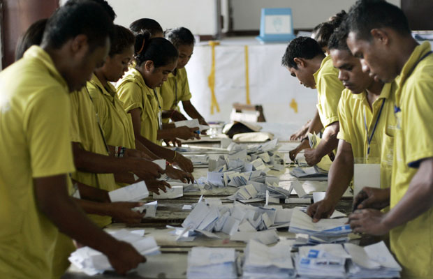 Voluntários contam papeis das urnas em Dili, no Timor Leste (Foto: Lirio Da Fonseca/Reuters)
