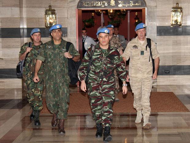 O militar brasileiro Alexandre Feitosa (segundo da esquerda para a direito deixa o hotel Sheraton com os demais observadores da ONU nesta segunda-feira (16) em Damasco, na Síria (Foto: Reuters)