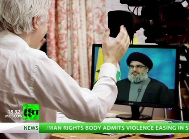 O fundador do WikiLeaks, Julian Assange, entrevista, no vídeo, o líder do Hezbollah, Hassan Nasrallah (Foto: AP)