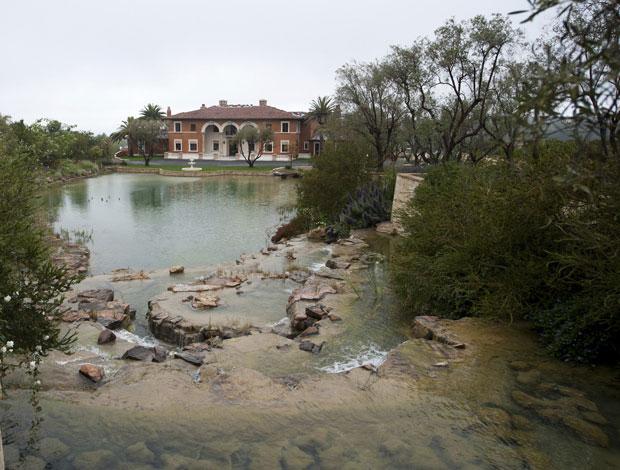Vista da mansão em frente ao lago (Foto: Lori Shepler/Reuters)