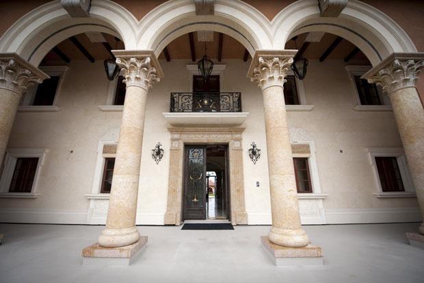 Entrada principal da mansão (Foto: Lori Shepler/Reuters)