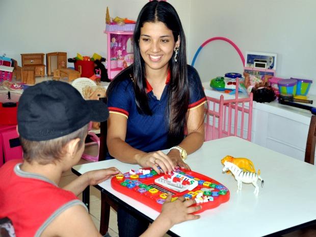 Aline aproveita os intervalos do trabalho para brincar com as crianças que fazem tratamento contra câncer (Foto: Tatiane Queiroz/ G1 MS)