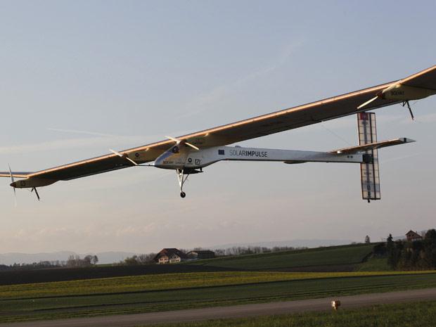 A aeronave é um protótipo do avião no qual seus criadores esperam realizar a primeira circunavegação do mundo em 2014. (Foto: Denis Balibouse/Reuters)