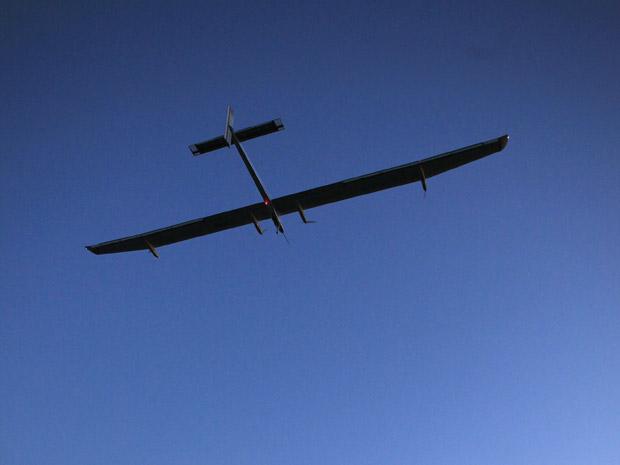 Um avião movido à energia solar decolou nesta terça-feira (17), na Suíça. O voo de teste foi realizado no aeroporto de Payerne pelo piloto Bertrand Piccard. O avião foi construído com 12 mil células solares e tem 64, 3 metros de asas.  (Foto: Denis Balibouse/Reuters)