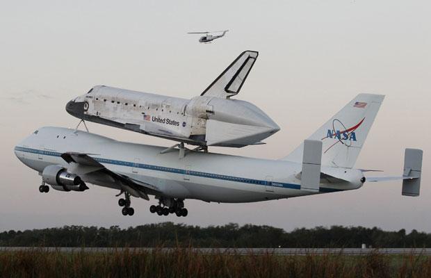 Discovery decolou de manhã na Flórida, acoplado a um Boeing 747 adaptado (Foto: Reuters/Joe Skipper)