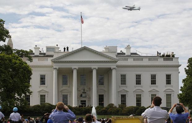 Discovery sobrevoou Washington antes de pousar; na imagem, ele acima da Casa Branca (Foto: Reuters/Jim Bourg)
