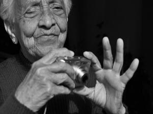 Aluna deficiente visual em curso de fotografia ministrado por Teco (Foto: Divulgação)