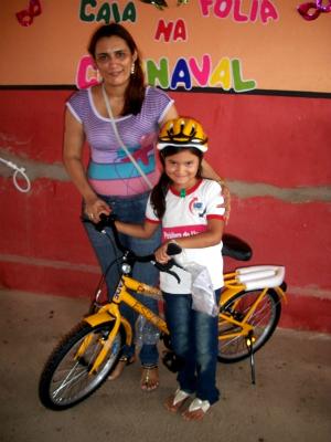 Capacete de segurança também foi entregue aos alunos (Foto: Prefeitura de Uruoca / Divulgação)
