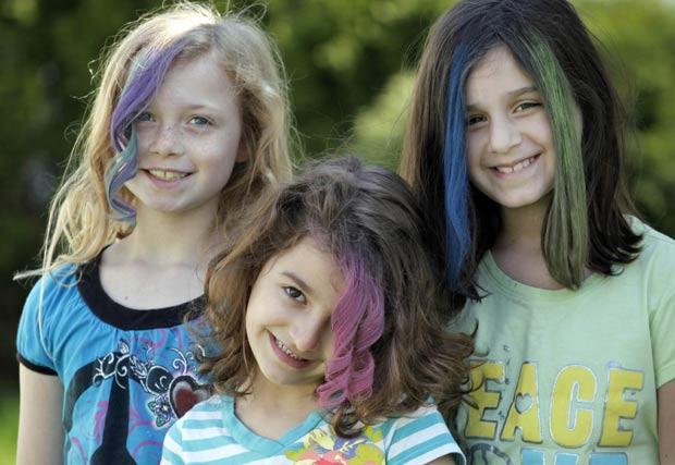 Meninas exibem cabelos coloridos com giz de cera em Chicago. (Foto: M. Spencer Green/AP)