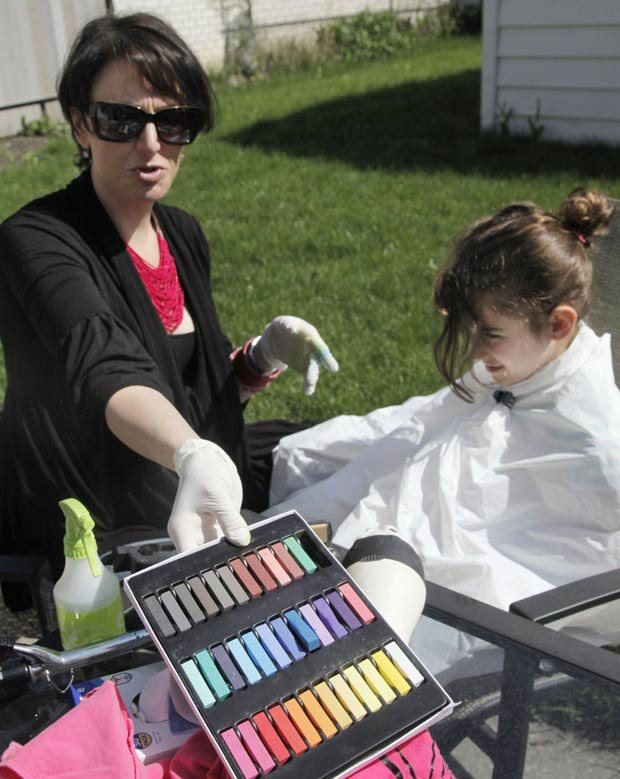 Orly Telisman, de Chicago, se prepara para pintar o cabelo de Gabriella Lujan, de oito anos. (Foto: M. Spencer Green/AP)