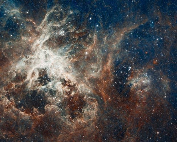 Região de formação de estrelas '30 Dourados', registrada pelo Hubble e pelo ESO (Foto: NASA/ESA/ESO)