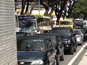 Trânsito fica lento durante manifestação do MST em avenida de João Pessoa, Paraíba (Foto: Walter Paparazzo/G1 )
