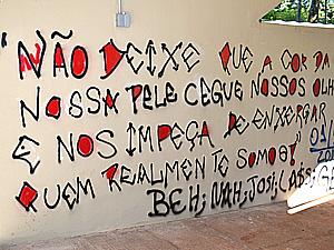 Pichação no mesmo local onde foi encontrada a ofensa contra os estudantes, defende a igualdade racial (Foto: Laís Françoso/G1)