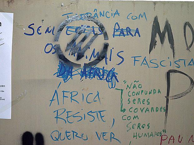 Pichação com conteúdo racista nas paredes da Faculdade de Ciências e Letras  (Foto: Laís Françoso/G1)