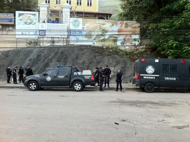 Agentes percorrem o Morro do Preventório, em Niterói (Foto: Janaína Carvalho/G1)
