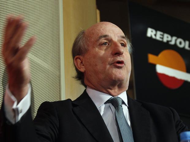 Antonio Brufau, presidente da Repsol, fala em coletiva de imprensa em Madri, nesta terça-feira (17) (Foto: Reuters)
