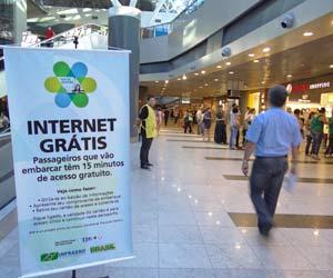 Cartaz no Aeroporto do Recife anuncia serviço de internet grátis (Foto: Luna Markman/G1)