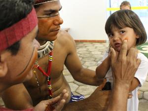 Índios Fulni-ô pintam rosto de aluna (Foto: Divulgação)