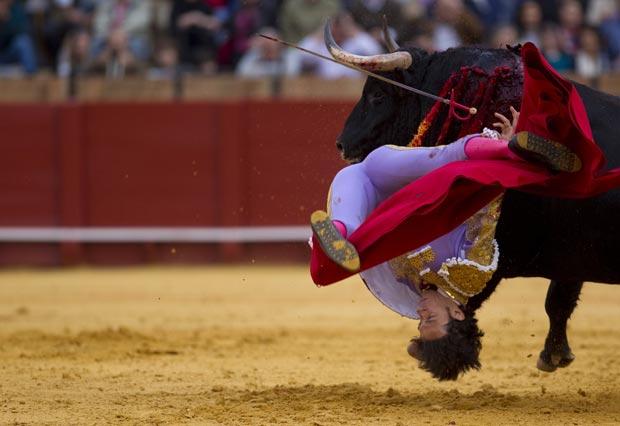 O touro chegou a levantar Nazaré do ar (Foto: Marcelo del Pozo/Reuters)