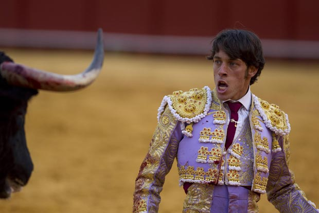 Após ser atingido, ele se levantou e ainda encarou o touro antes de ir caminhando para a enfermaria. Ele teve ferimentos leves no músculo (Foto: Marcelo del Pozo/Reuters)