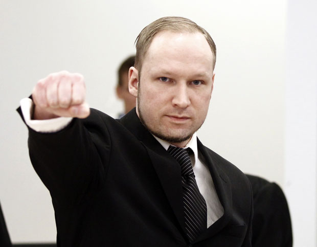 Anders Behring Breivik faz sua j&#225; tradicional sauda&#231;&#227;o ao entrar no tribunal para seu terceiro dia de julgamento nesta quarta-feira (18) em Oslo, na Noruega (Foto: AP)