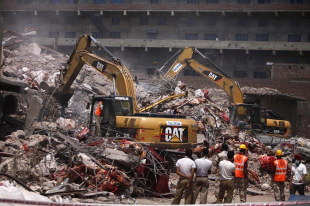 Bombeiros suspeitam que dezenas de pessoas ainda estejam soterradas (Foto: AP)