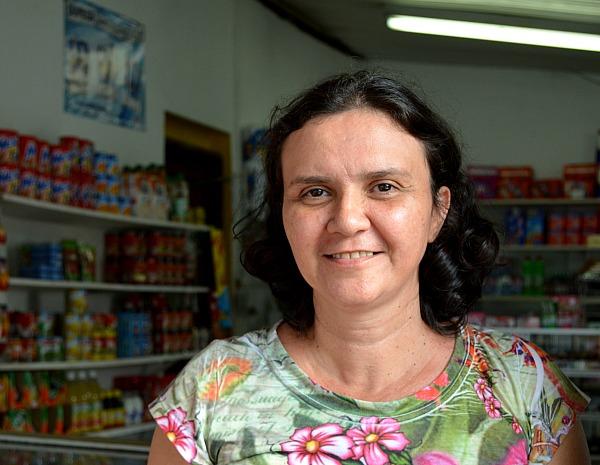 'Ela ia morrer no fogo', disse comerciante que salvou animal  (Foto: Marina Souza/G1)
