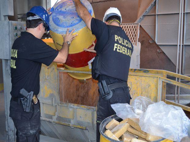 Delegado e agente despejam entorpecentes em incineradora (Foto: Flávio Antunes/G1 SE)