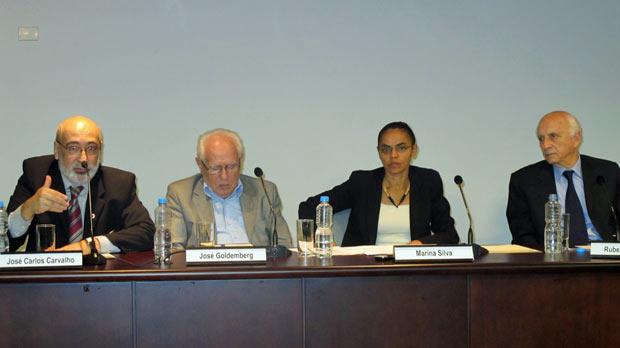 Da esquerda para a direita, os ex-ministros do Meio Ambiente José Carlos de Carvalho, José Goldemberg, Marina Silva e Rubens Ricupero, durante debate realizado na FAAP, em São Paulo. (Foto: Eduardo Carvalho/Globo Natureza)